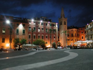 1280px-Lerici_piazza_notte